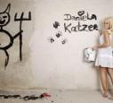 Daniela Katzenberger dekoriert sexy die Wände