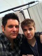 Justin Bieber hat kurze Haare.