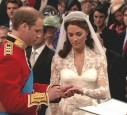 Prinz William steckt Kate Middleton den Ehering an.