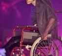 Lady Gaga kam mit einem rollstuhl auf die Bühne