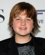 Angus T. Jones vermisst Charlie Sheen.