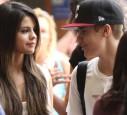 Justin hat ihn ihr im Flugzeug geschenkt.