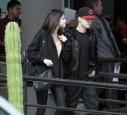 Selena Gomez stieg in Mexiko mit einem Ring am Finger aus dem Flugzeug.